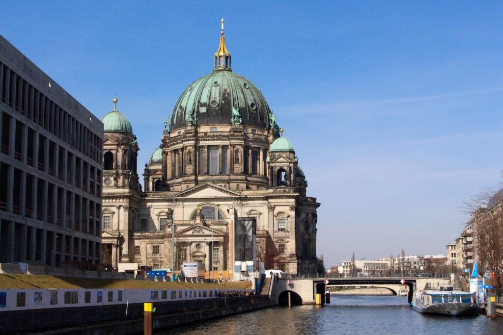 sightseeigntour berlin boot schifffahrt bootstour berlin sightseeing citytour städtereise ausflug boot vielweib reisen reiseblog