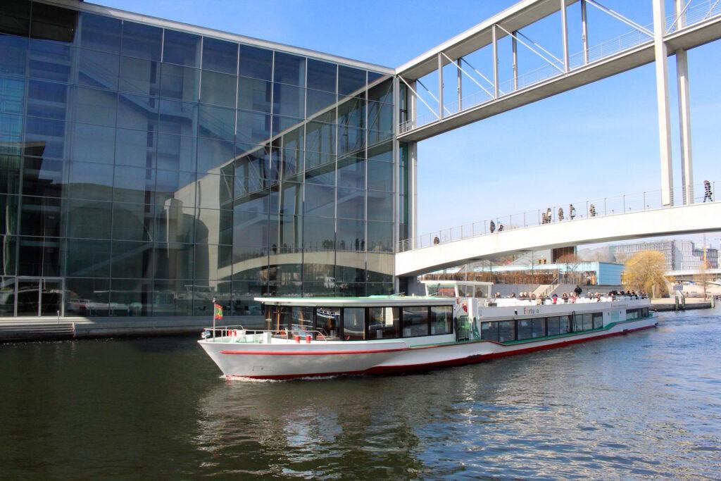 boot berlin schifffhart bootstour berlin sightseeing citytour städtereise ausflug boot vielweib reisen reiseblog