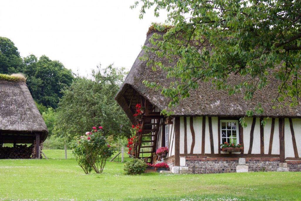 Normandie Frankreich Normannisches Fachwerkhäuser wurden liebevoll restauriert und sehen so urgemütlich mit den vielen Blumen aus