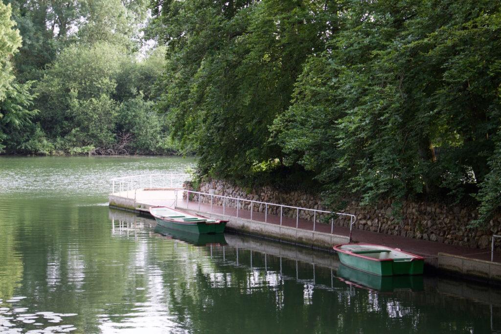 Ruderbote auf der Seine am Ufer der Moulin de Connelles Frankreich Normandie