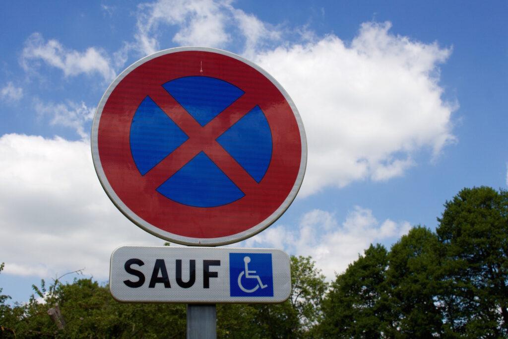 Verkehrschild Normandie Roadtrip Tipps Frankreich