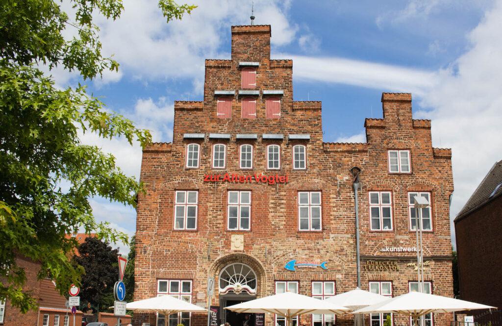 Alte Vogtei in Travemünde beherbergt gleich mehrere Dinge auf einmal: Teelande, Fischrestaurant und Kaffeeshop