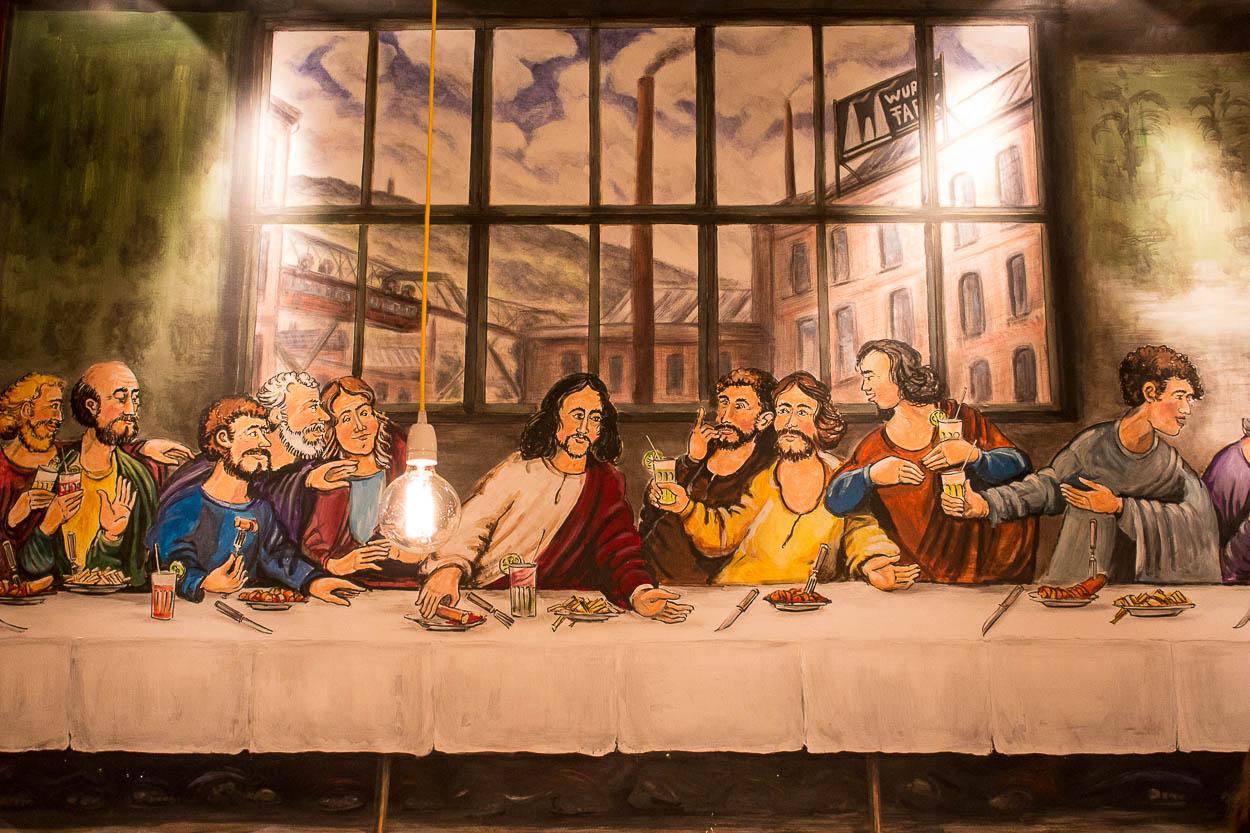 In der Wurstfabrik wird die Currywurst beim Abendmahl gehuldigt