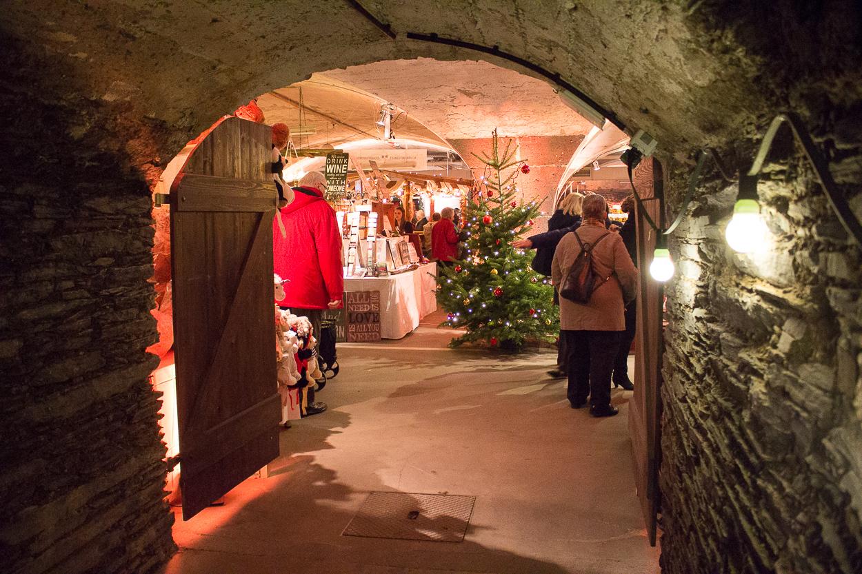 Das sonstige Parkhaus des Moselschlösschens wird mit seinem Kreuzgratgewölbe zur perfekten Kulisse des Weihnachtsmarktes