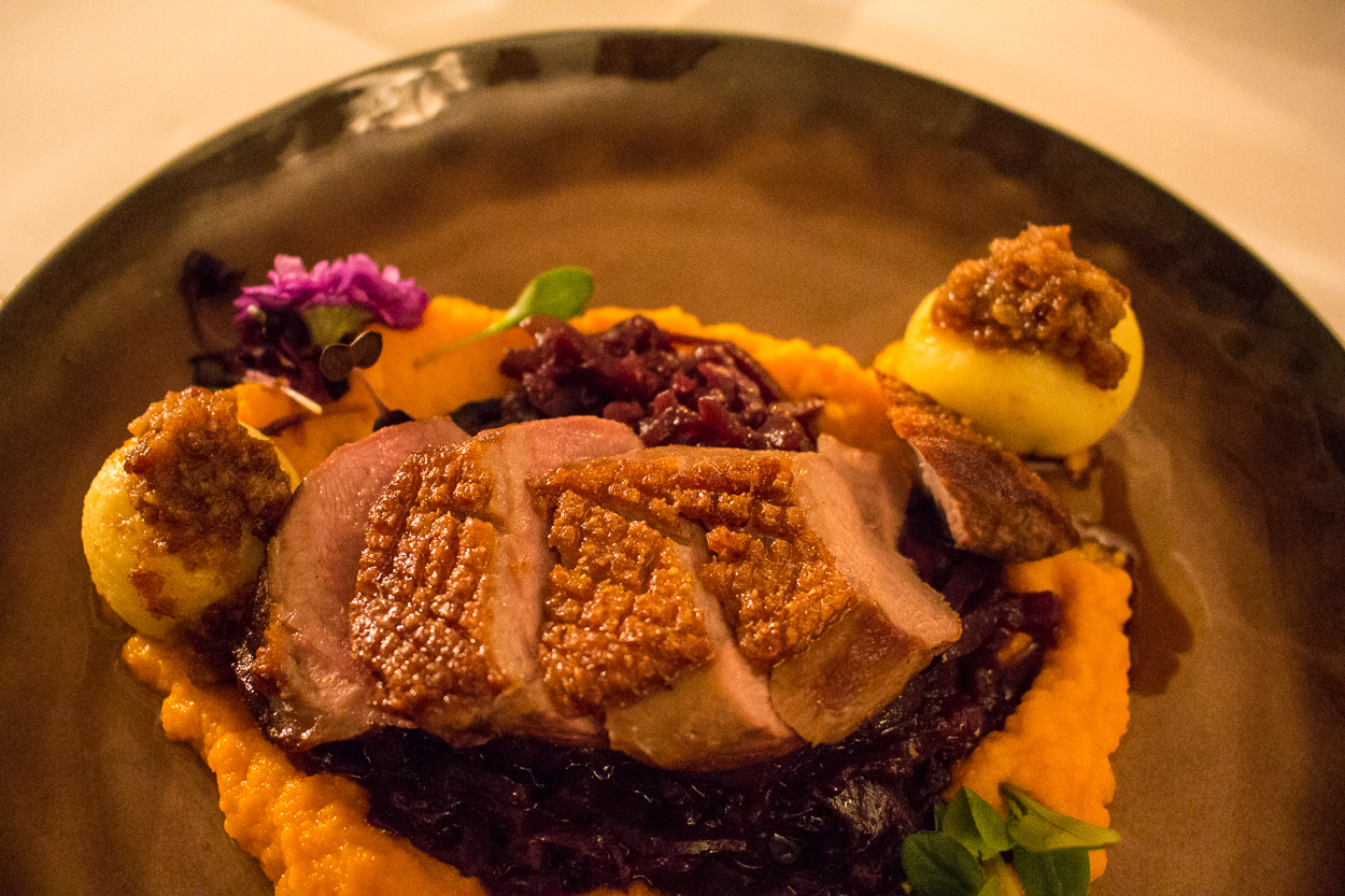 Mein Hauptgang des Feinschmeckermenüs im Gesitreich: Entenbrust mit Wacholderbeeren, Rotkohl auf Kartoffelpüreespiegel mit gefüllten Klößen