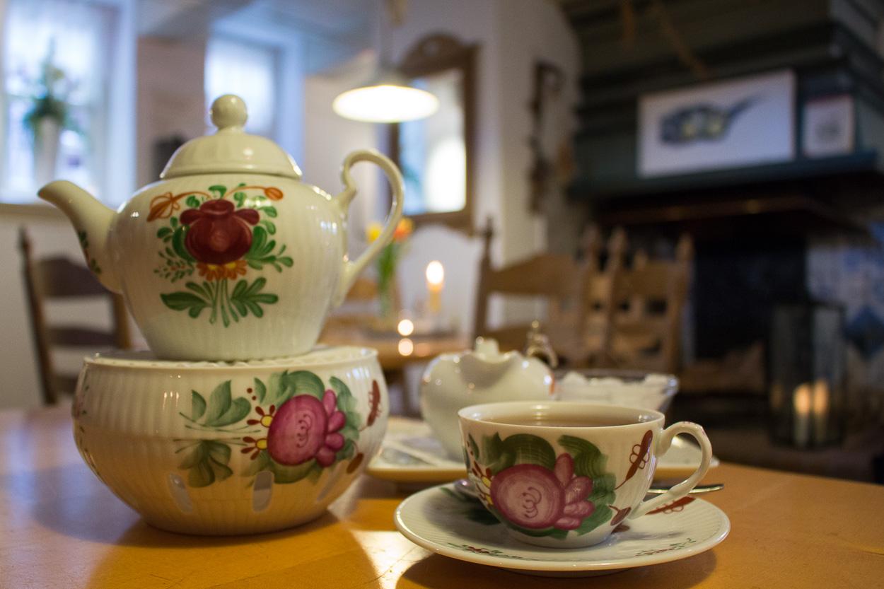 Ostfriesische Teestuben: Wo Kluntjes knistern und der Tee mit einer ...