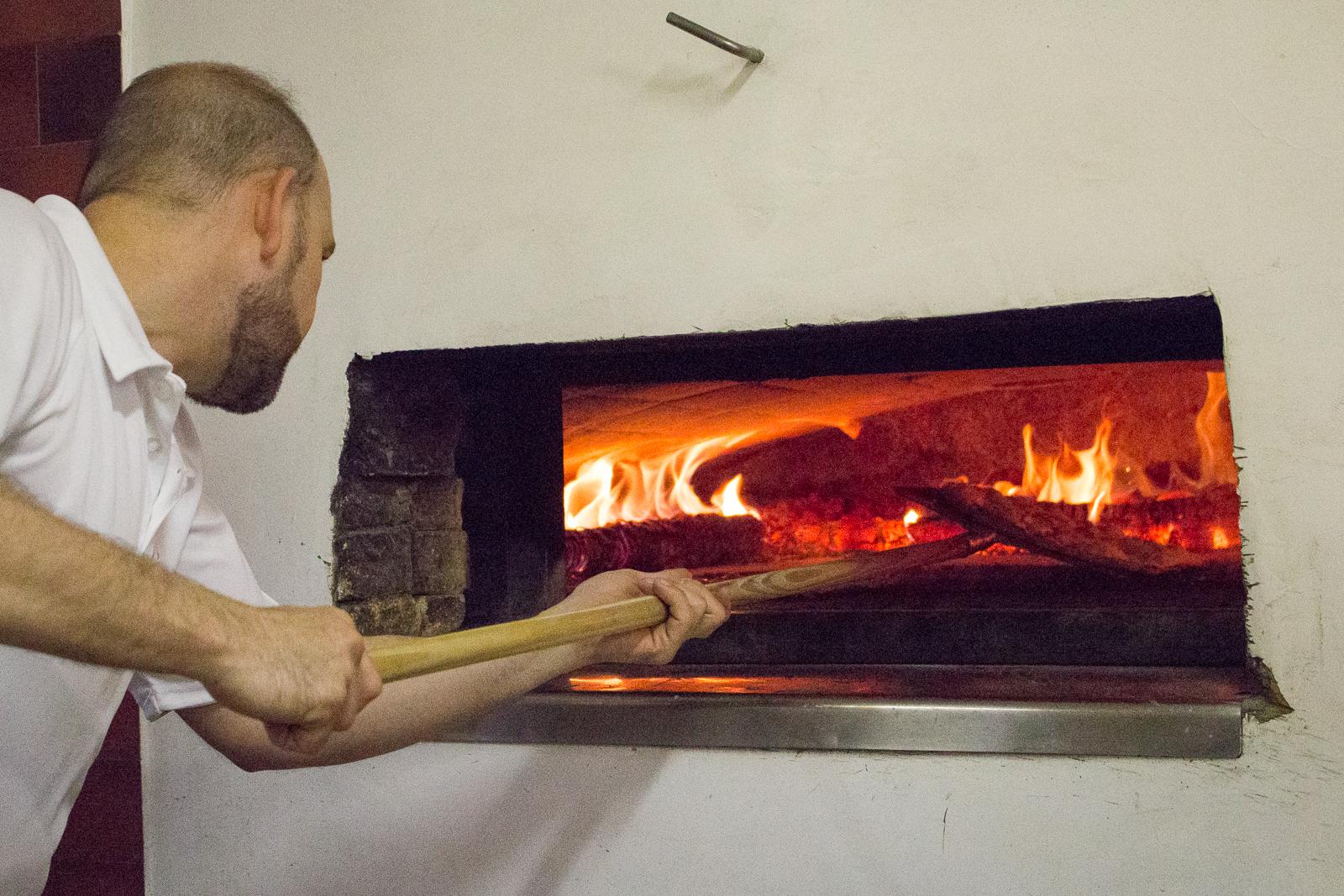 Auf 380 Grad wird der Steinhofen mit Eichenholz geheizt