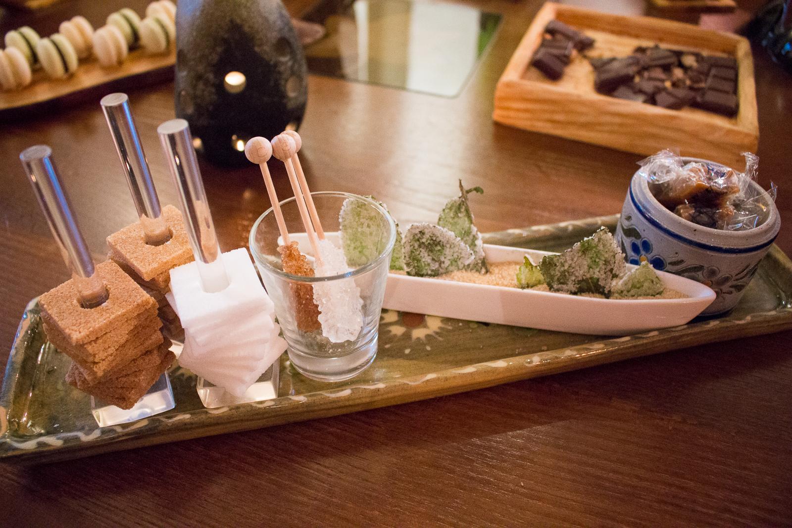 Allein die Zuckersorten, die uns zum Kaffee gereicht wurden, faszinierten mich. Es gab sogar Zucker an Minzblättchen!