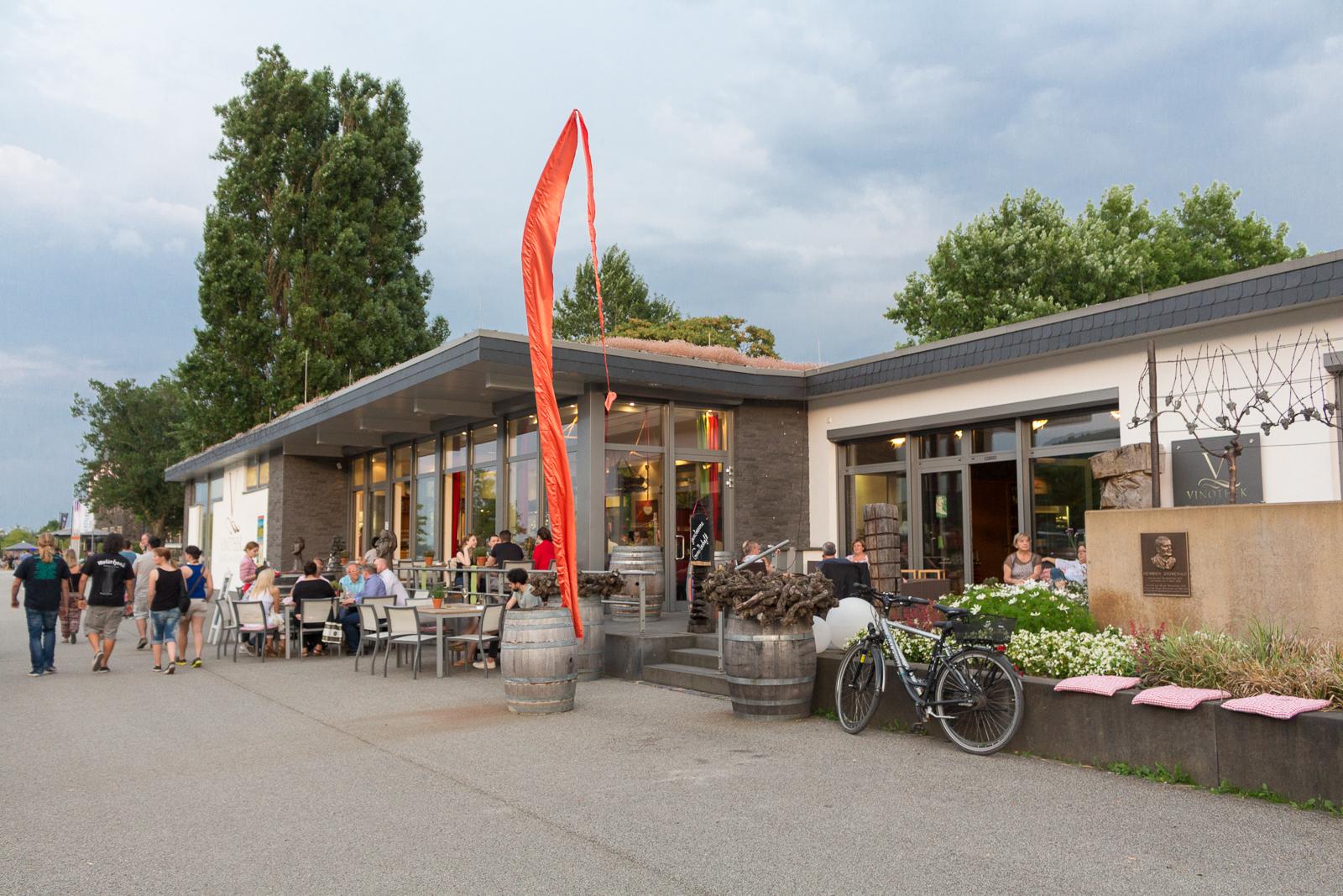 Vinothek WeinZeit - mit Kunst und Stil direkt am Rhein gelegen