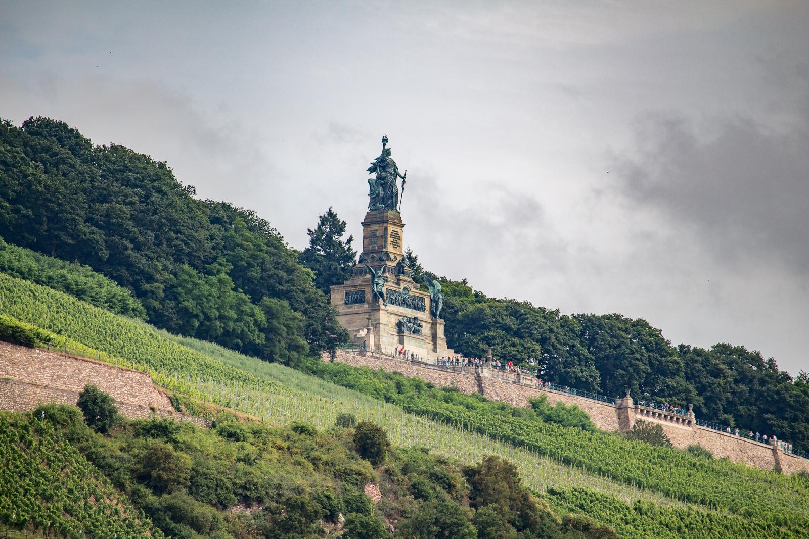 Germania - das Niederwalddenkmal auf der anderen Rheinseite von Bingen