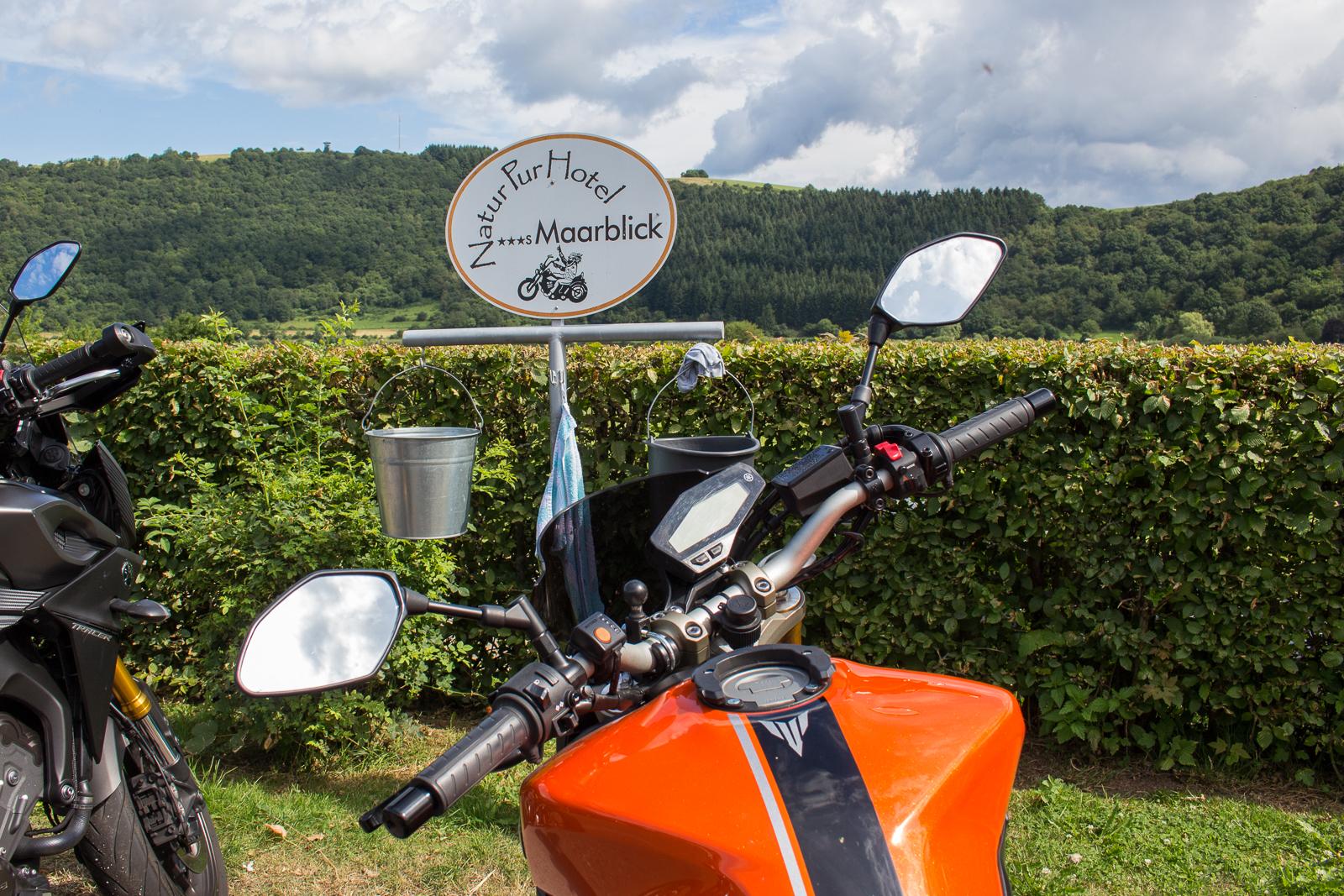Parkplatz für Motorradfahrer mit Frischmachstation