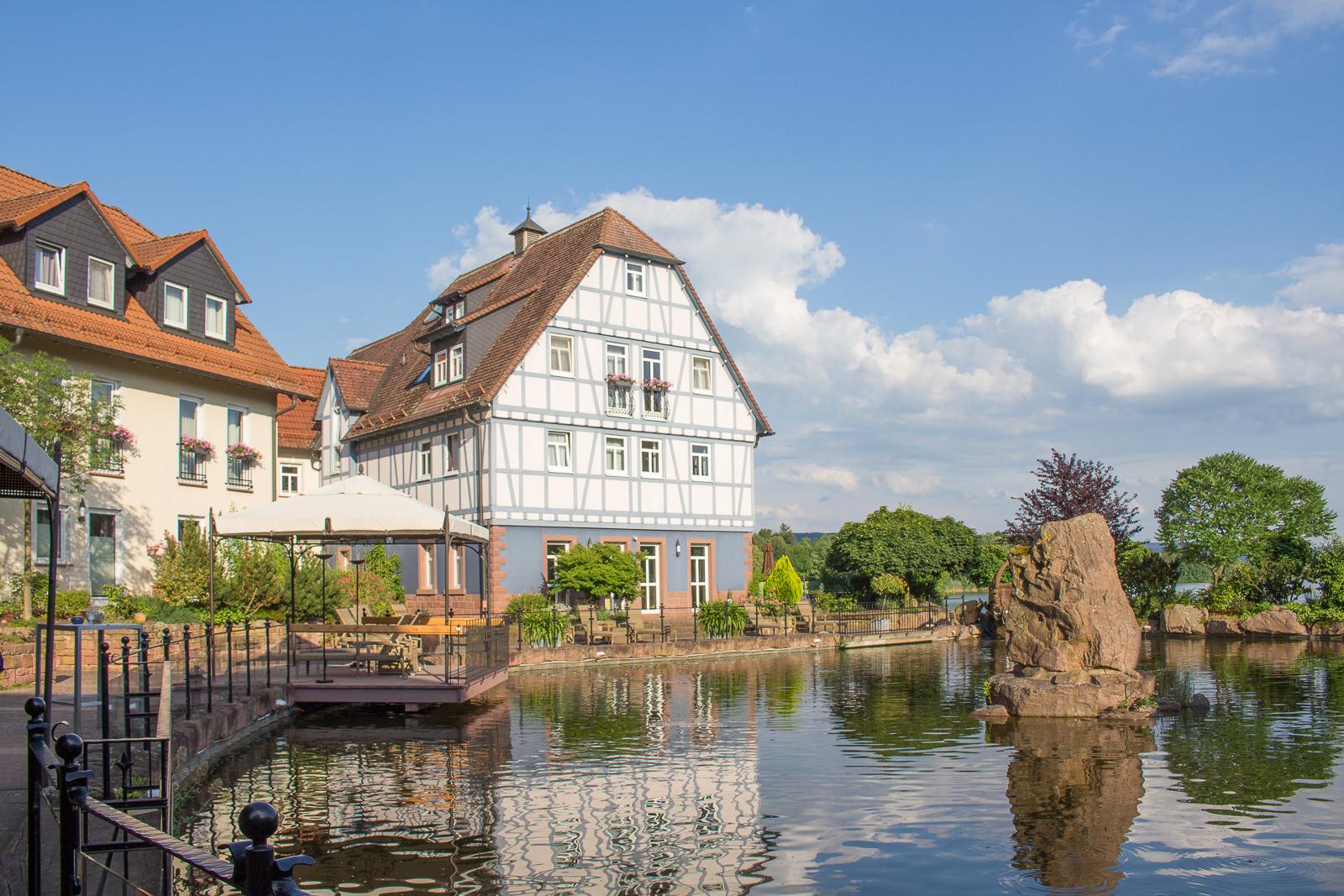 Niedernberg, Seehotel, Das Dorf am See