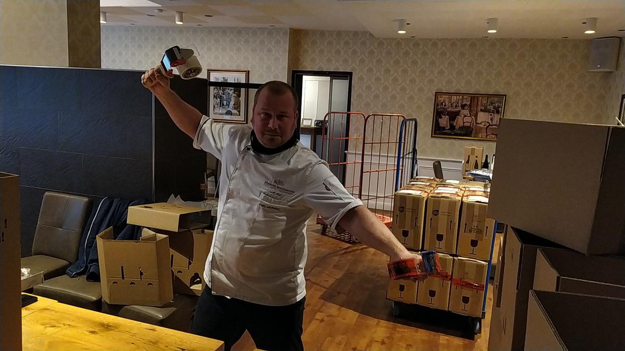 Action! Marc vom Weinbergschlösschen bei den Versandvorbereitungen, Foto: © Achim Meurer www.achimmeurer.com