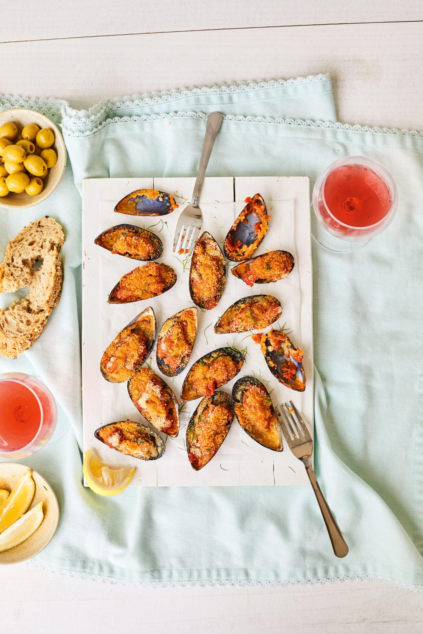 Gebackene Miesmuscheln mit Tomaten, Parmesan und Basilikum von Marc Fosh, Foto: © Nando Esteva