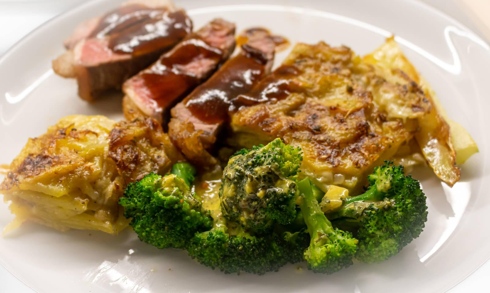 Der Hauptgang: Dry Aged Roastbeef, Kartoffelgratin und Brokkoli mit einer Sauce, die fast eine Sauce Bearnaise ist