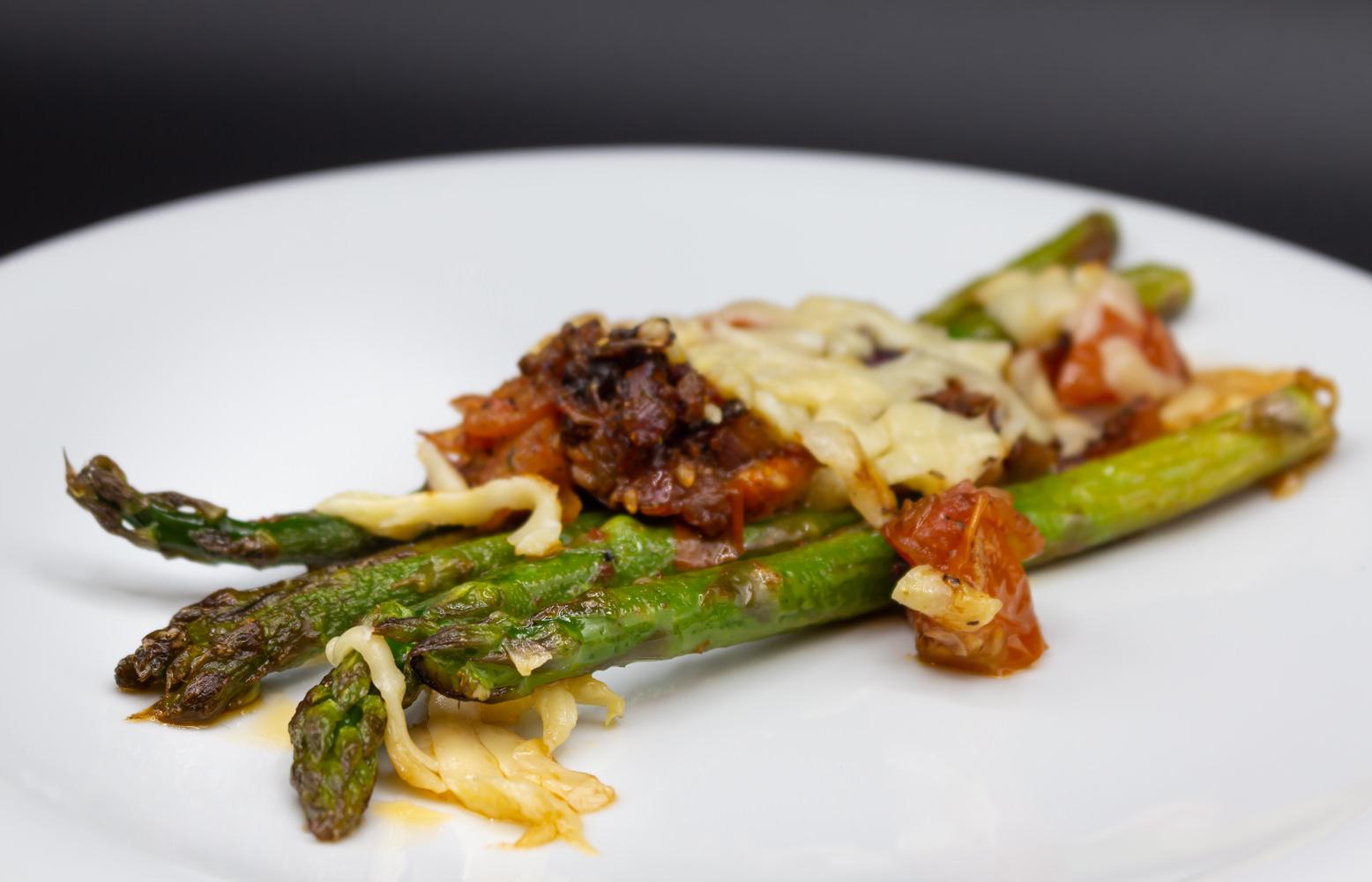 Eine schnelle Nummer a la Henssler: Gratinierter grüne Spargel mit Tomaten, roter Zwiebel und Parmesan