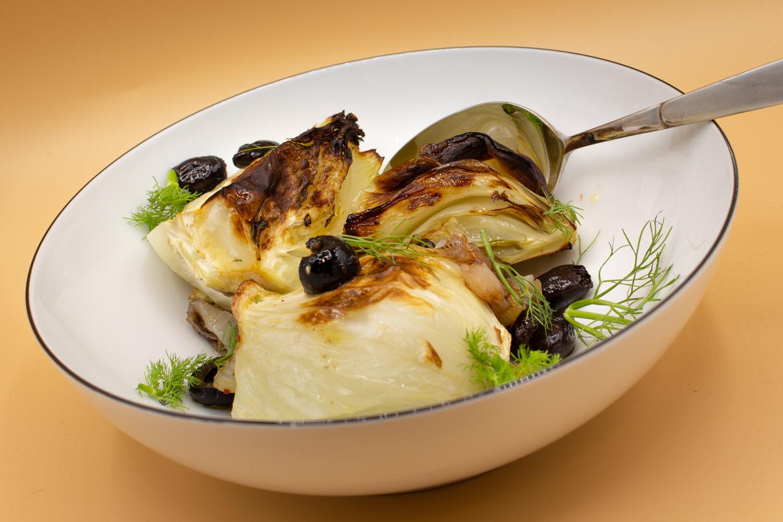 Beilage mit typisch mediterraner Note: Fenchel mit schwarzen Oliven, in zwei Stufen gegart
