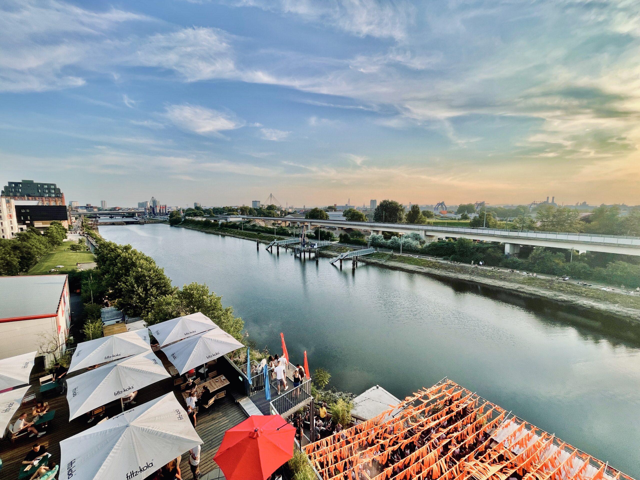 Rooftop-Restaurant mit Hafenflair