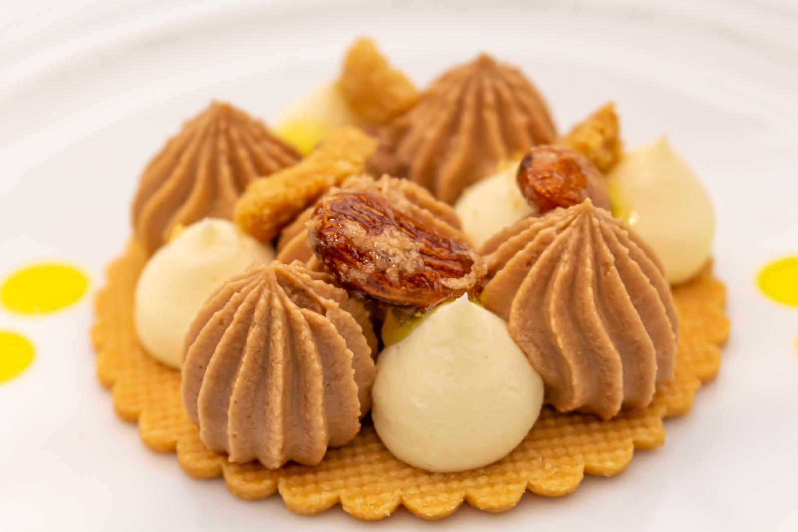 Avola: Knuspriges Törtchen aus Sablé-Teig mit Mandeln und Mousse au chocolat aus Milchschokolade und weißer Schokolade, Mandelkrokant und Zitronengelee